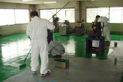 写真:工場の床塗り